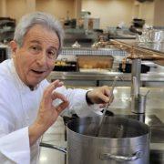 Michel Guérard honore Paul Bocuse en Parrainant le dîner des Grands chefs lors du Sirha