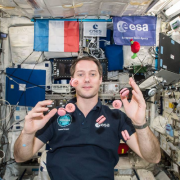 Les Macarons volants de Pierre Hermé … Ils sont arrivés dans la Station Spatiale