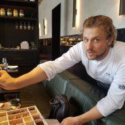 Joris Bijdendjik un chef heureux dans ses cuisines à Amsterdam