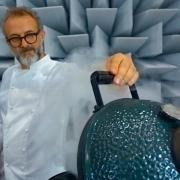 Le Chef italien Massimo Bottura en pleine expérimentation culinaire