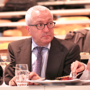 Pour Jean-François Mesplède ( ex-Directeur du guide Michelin France de 2006 à 2009 ) : » Le Clos des Sensde Laurent Petit est de niveau trois-étoiles «