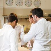 Mathieu Pacaud heureux dans sa cuisine à l'Apicius