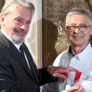 Alain Delon remet la légion d'Honneur au Chef Jean-Michel Lorain