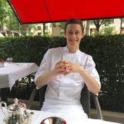 Focus sur Alexandre Dufeu, chef pâtissier au Plaza Athénée – F&S l'a rencontré au Cabana Café, la terrasse pop-up du palace