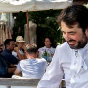 Jean-François Piège sur la plage Nikki Beach à Saint-Tropez pour » Les Déjeuners Étoilés «