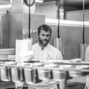 Christopher Coutanceau : cuisinier engagé – F&S a passé un service dans les cuisines du chef