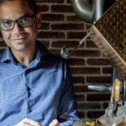 Veda Viraswami torréfacteur à la Manufacture Le Café Alain Ducasse à Paris s'impose au World Coffee Roasting