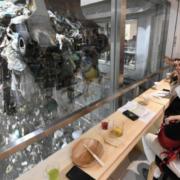 Insolite à Tokyo : ce restaurant et bar branché a une vue plongeante sur l'usine de traitement de déchets