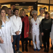 » Repas Toqués » –  Les chefs Grégory Cohen et Guillaume Gomez auprès de Brigitte Macron à l'hôpital Saint-Louis à Paris, une initiative pour améliorer les repas des jeunes atteints de cancers