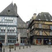 Le bâtiment qui abrite le restaurant » Chez La Mère Pourcel » à Dinan date de 561 ans