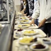 Petits-déjeuners gratuits et repas à la cantine à 1 euro – Est-ce une bonne idée ?
