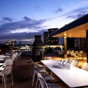 À Londres, certaines terrasses sont accessibles moyennant une dépense minimum – ou comment pousser à la consommation ?