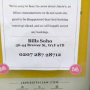 Une chaîne de restaurants londoniens racole des clients sur la vitrine d'un des restaurants Jamie's Italian en dépôt de bilan du chef Jamie Oliver