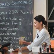 la jeune élue démocrateAlexandria Ocasio-Cortez met le tablier et passe derrière le bar pour dénoncer le taux horaire pratiqué aux États-Unis dans la restauration
