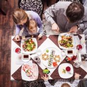 Les enfants à table au restaurant – peut-on les refuser ?