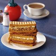 Pour le magazine Eater le sandwich crée par le chef Heston Blumenthal pour Waitrose » c'est de la merde «