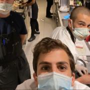 Face à la pandémie de Covid qui s'accélère l'ex Top Chef Victor Mercier décide de fermer son restaurant et appelle ses collègues parisiens à faire de même