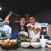 Brèves de Chefs – Carlo Cracco pour que la cuisine italienne soit classée au patrimoine de L'Unesco,  Arnaud Donckele reçoit le chef Olivier Nasti, Norbert Tarayre monte en scène, un cours de cuisine avec Nastasia Lyard ?, ….