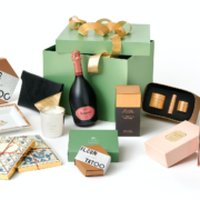 Un jour- Un cadeau à glisser sous le sapin – Les coffrets de Noël signés Le Meurice & La Maison Valmont