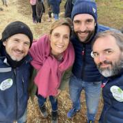 Le chef Christophe Aribert et l'artiste Guillaume Canet plantent des arbres pour l'Association » des Enfants et des Arbres «