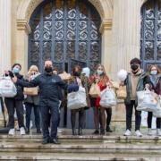 Le chef Fabrice Bonnot distribue 1500 paniers et repas aux étudiants Lyonnais