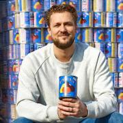 Le chef Joris Bijdendijk offre 10 000 boîtes de soupe SNERT à la banque alimentaire Voedselbank Amsterdam