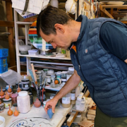 Suivez le chef Arnaud Faye dans sa démarche créative, à la rencontre de artiste céramiste Agnès Sandahl